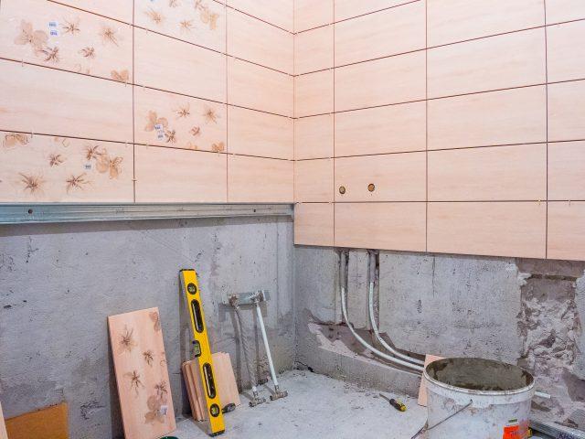 Как уложить плитку в ванной на стену своими руками 11