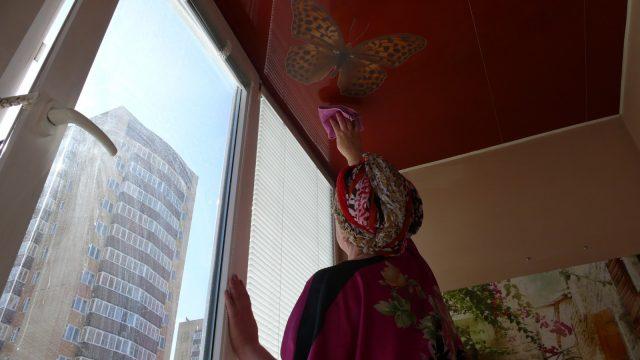 Как ухаживать за натяжным потолком