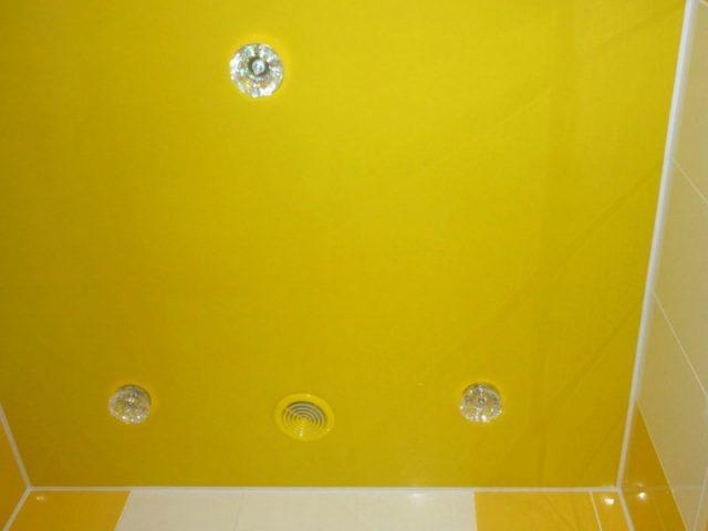 Натяжной-потолок-в-ванной-желтый-глянец