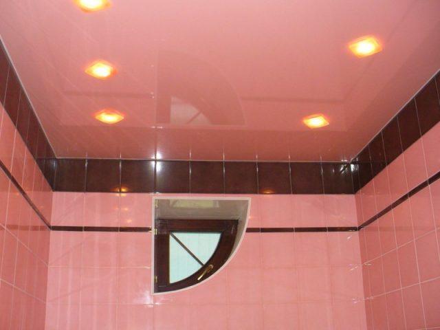 Натяжной-потолок-в-ванной-светло-розовый