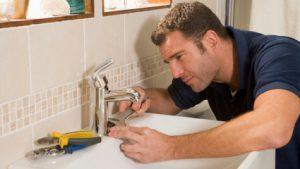 работники фирмы при ремонте ванной
