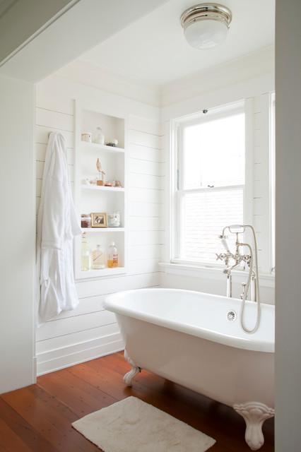 Белые доски в интерьере ванной комнаты