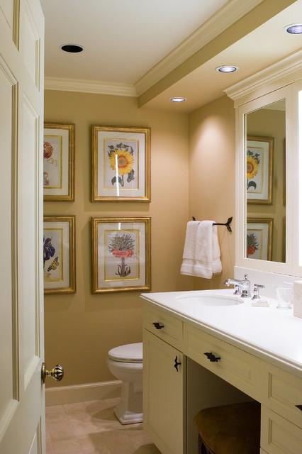 Вышитая картина на стене в ванной