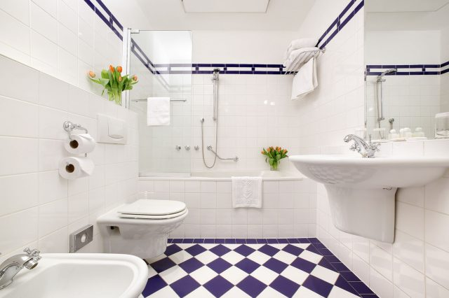 матовая белая плитка в ванной