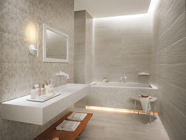 Фактурная белая плитка в ванной комнате