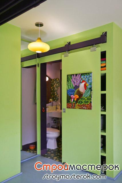 Зеленая раздвижная дверь с фото в туалет