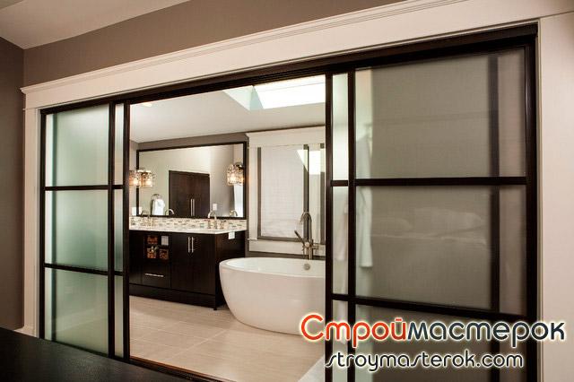 Большие стеклянные раздвижные двери в ванной