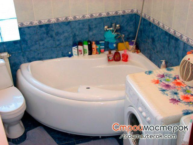 Угловая ванна в меленькой ванной комнате