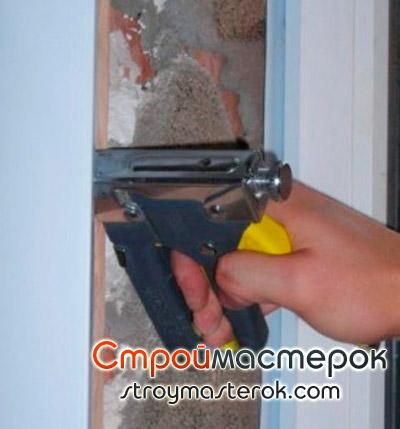 Крепление стеновых панелей к каркасу при помощи степлера