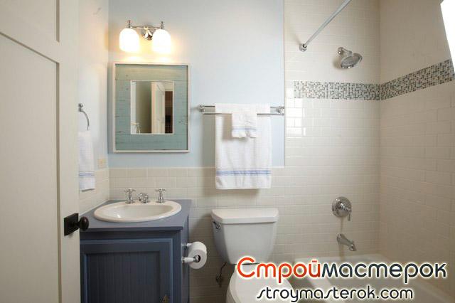 Светлые стены в маленькой ванной комнате