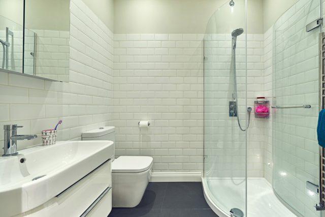ванная с белой плиткой