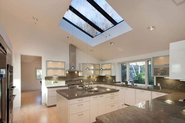 Кухня в стиле модерн в мансарде