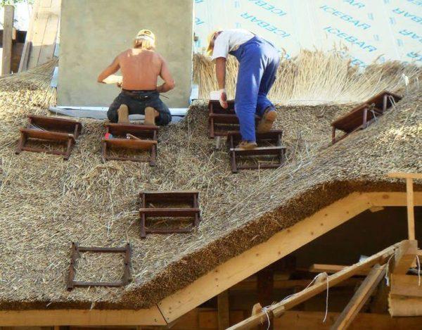 домики +с соломенной крышей