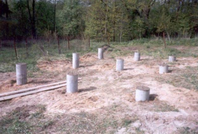 установка бетонных столбов под фундамент