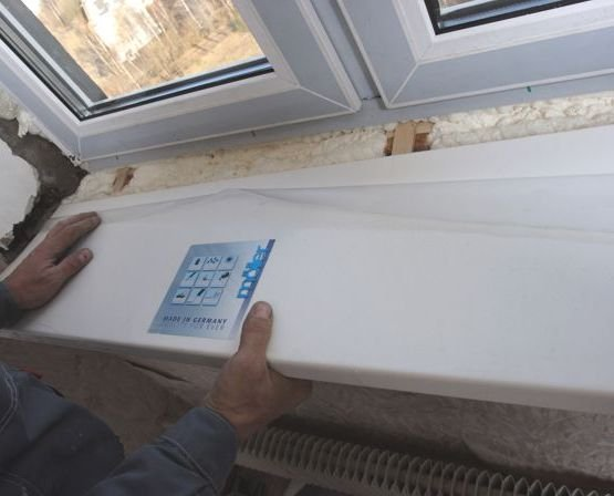 kak-snyat-podokonnik-s-plastikovogo-okna-video-481591