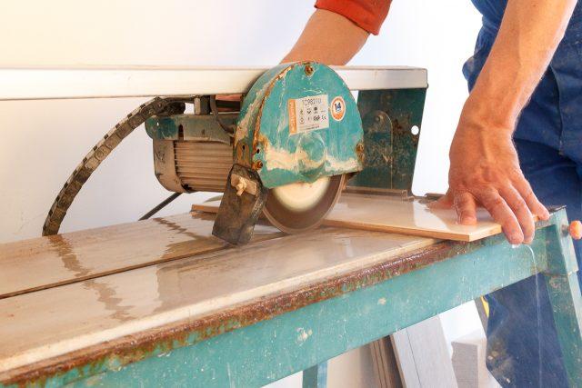электрический плиткорез или как резать керамическую плитку