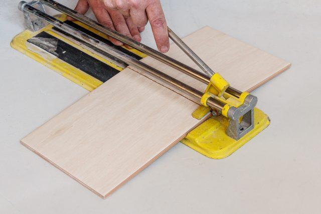 роликовый плиткорез или как резать керамическую плитку