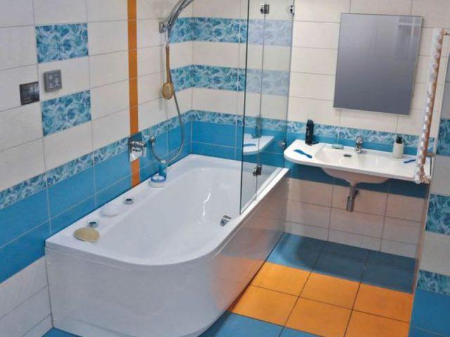 Ванна со стеклянной шторкой и пластиковым экраном