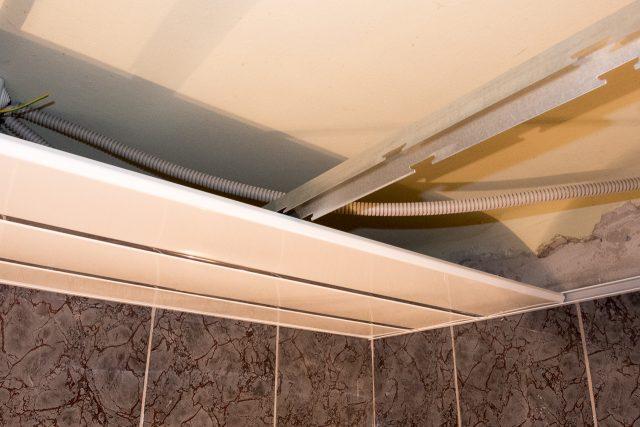 монтаж реечного потолка в ванной руками