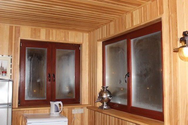 Почему в деревянном доме потеют пластиковые окна: причины